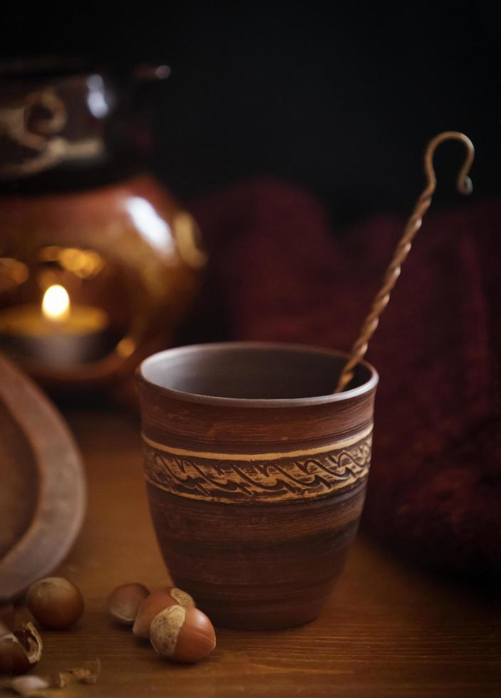 sierlijke ceramische kop naast hazelnoten op lijst foto