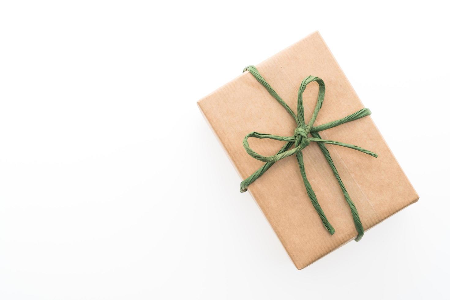 bruine geschenkdoos op witte achtergrond foto