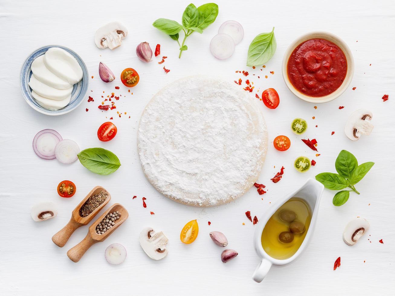 de verse ingrediënten van het pizzadeeg op wit foto