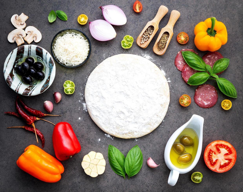 pizza-ingrediënten en pizzadeeg foto