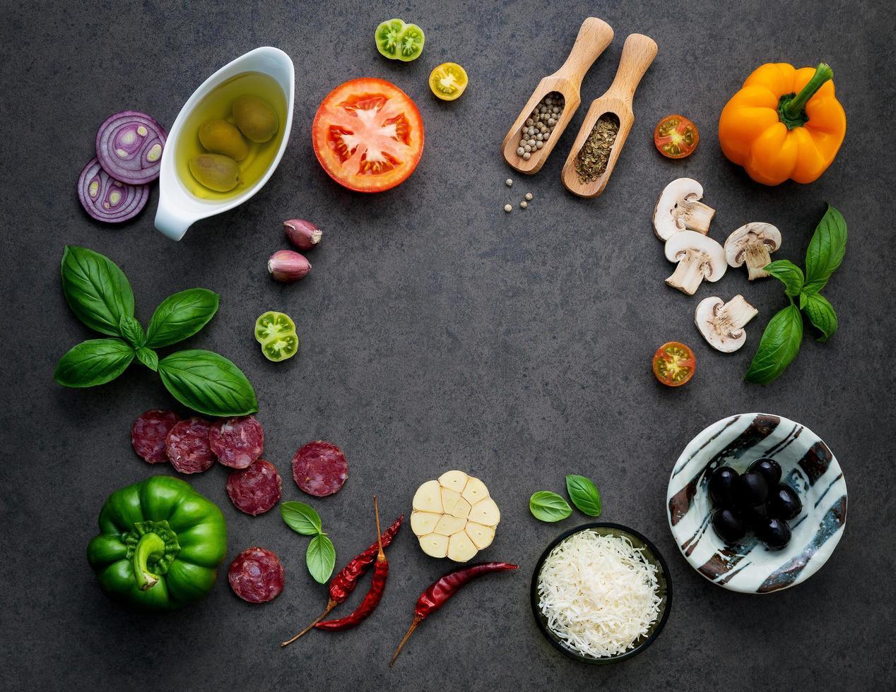 pizza-ingrediënten op leisteen foto
