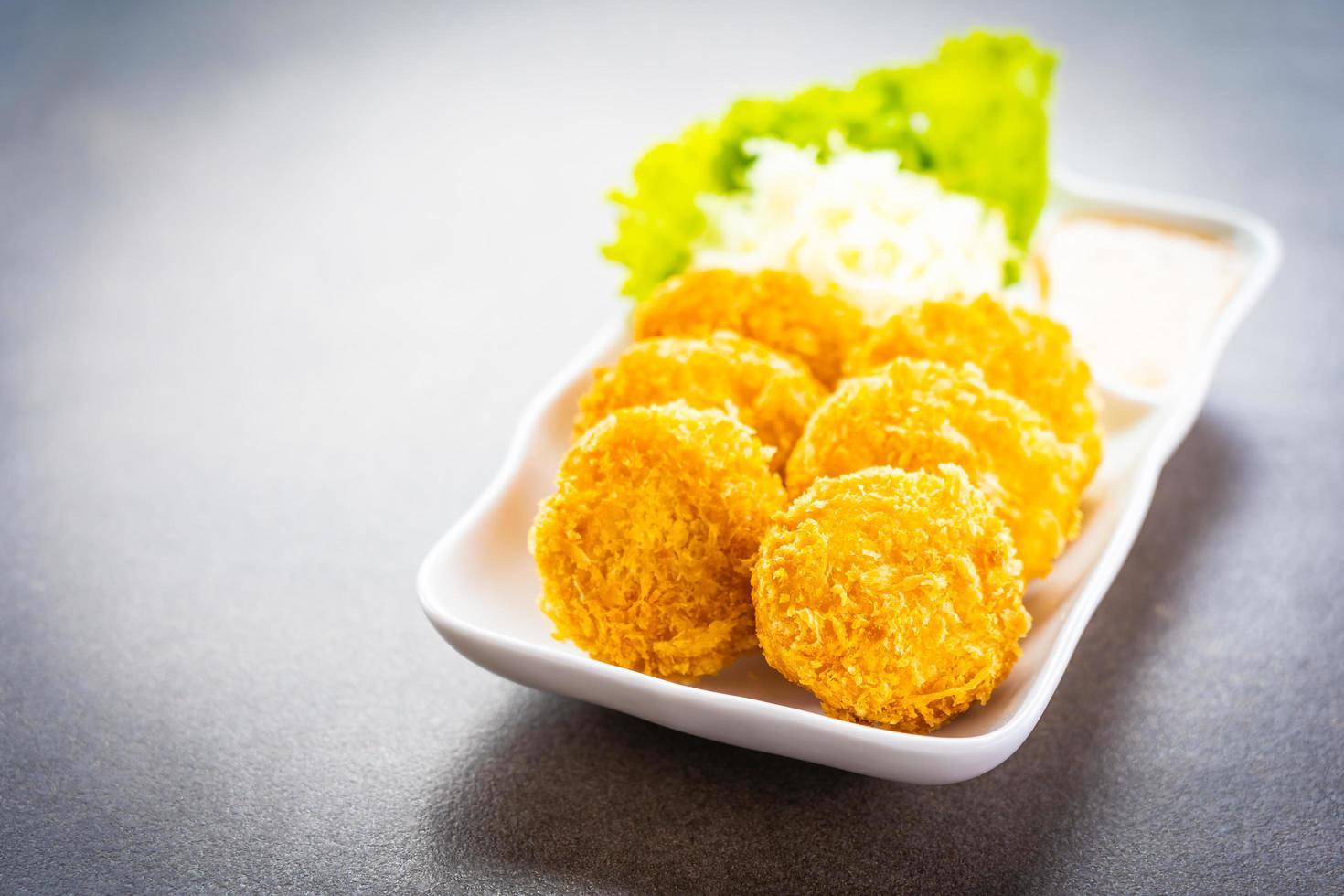 gefrituurde garnalenballetjes met groente foto