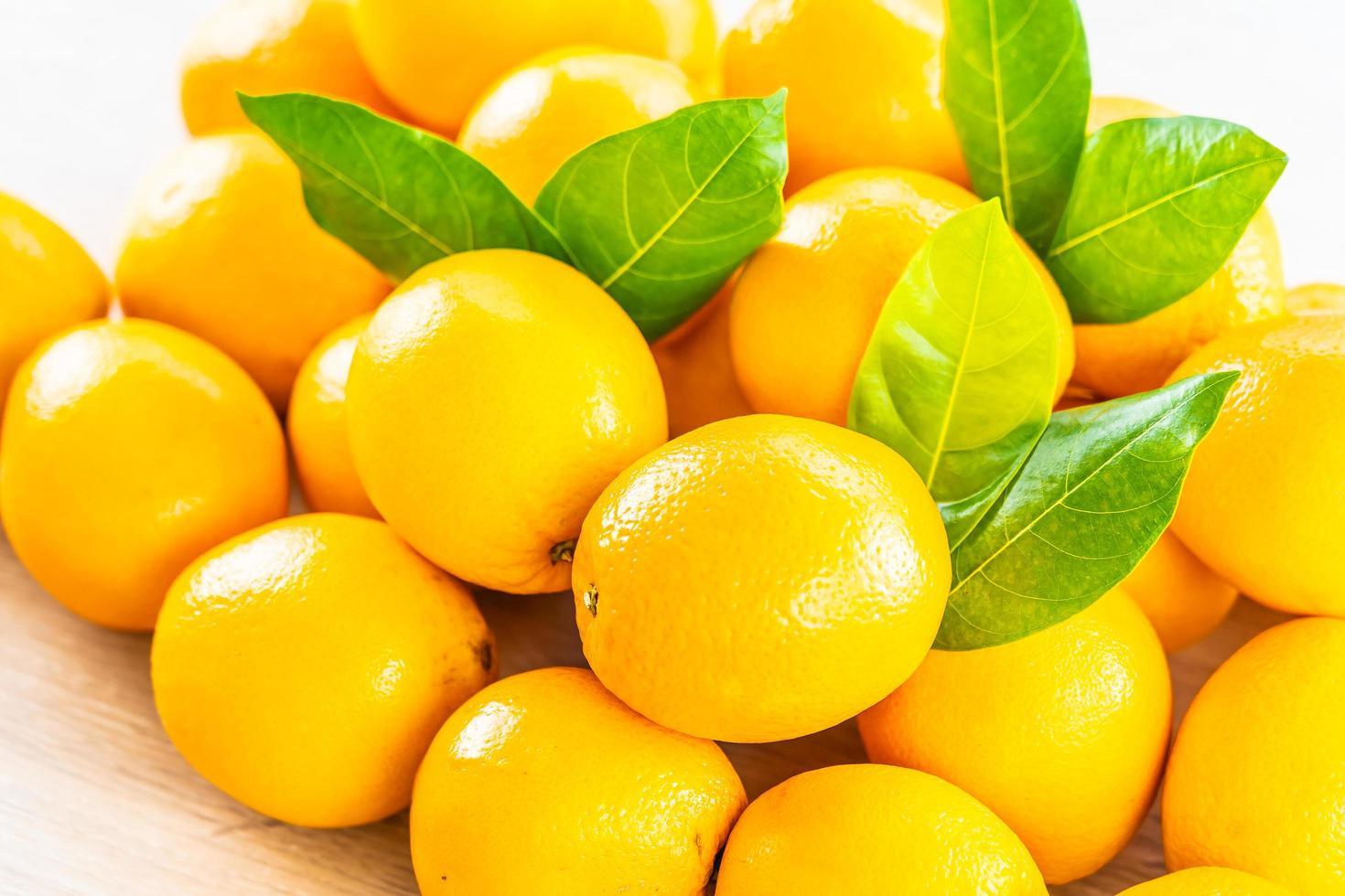 verse sinaasappelen op een houten tafel foto
