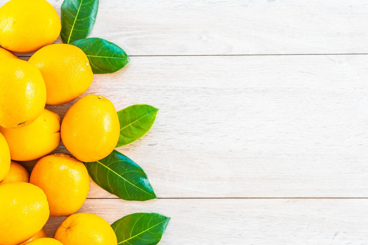 verse sinaasappelen op tafel foto
