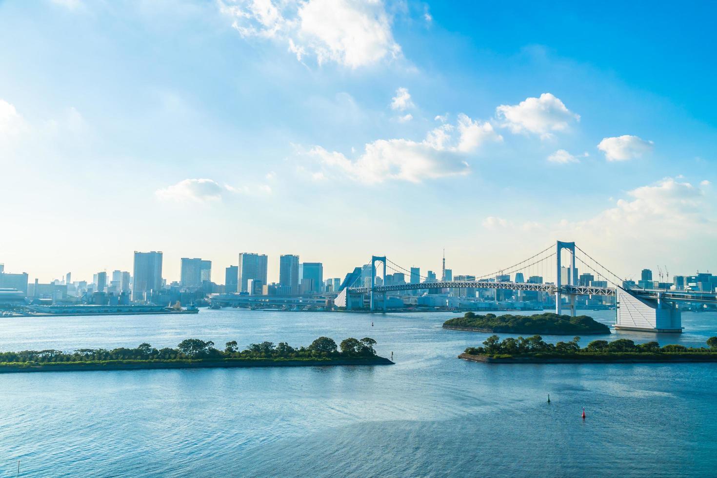 stadsgezicht van de stad Tokio met regenboogbrug foto