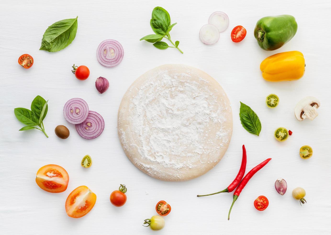 verse ingrediënten met pizzadeeg foto