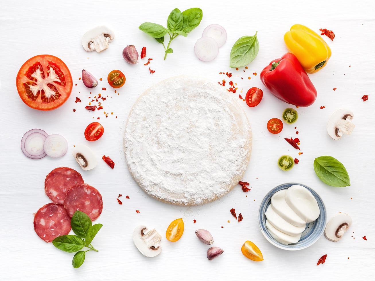 pizza-ingrediënten met deeg foto