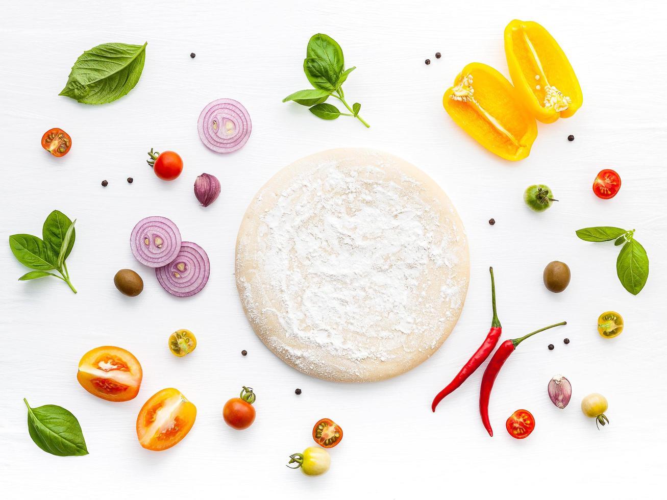 pizza-ingrediënten geïsoleerd op wit foto