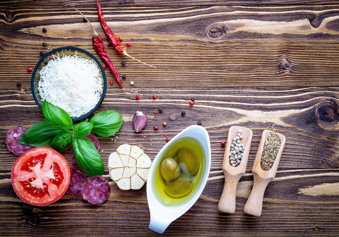 verse pizza-ingrediënten op armoedige houten achtergrond foto