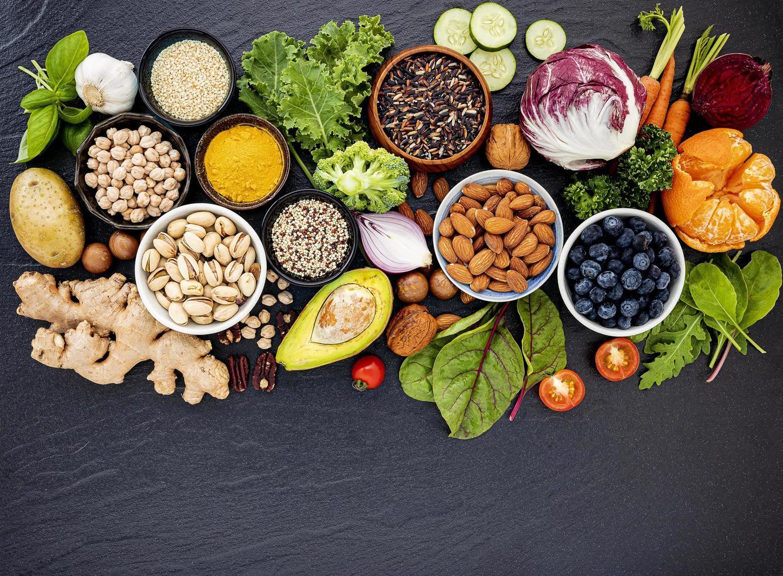bovenaanzicht van gezond voedsel op donkere leisteen foto