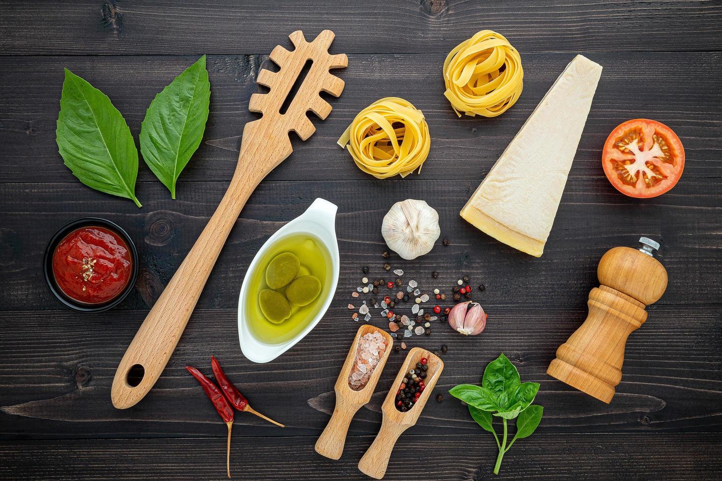 verse Italiaanse ingrediënten op donker hout foto