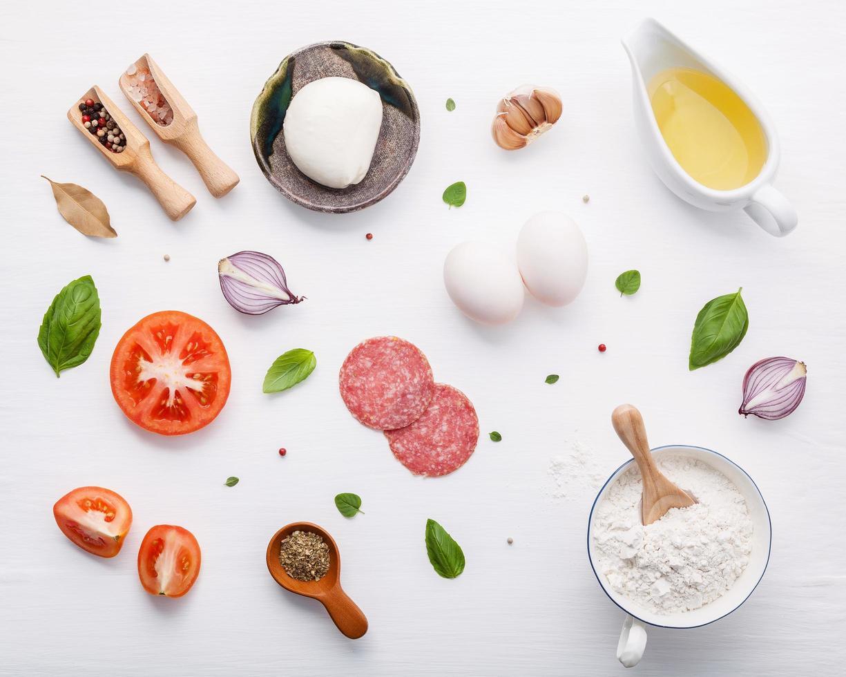 Italiaanse ingrediënten geïsoleerd op wit foto