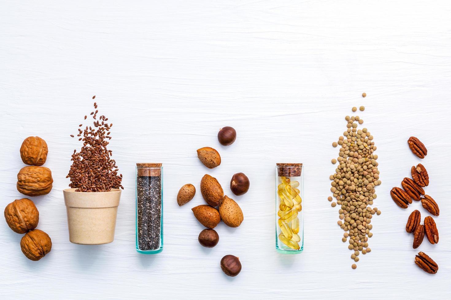 gezonde zaden en noten op wit foto