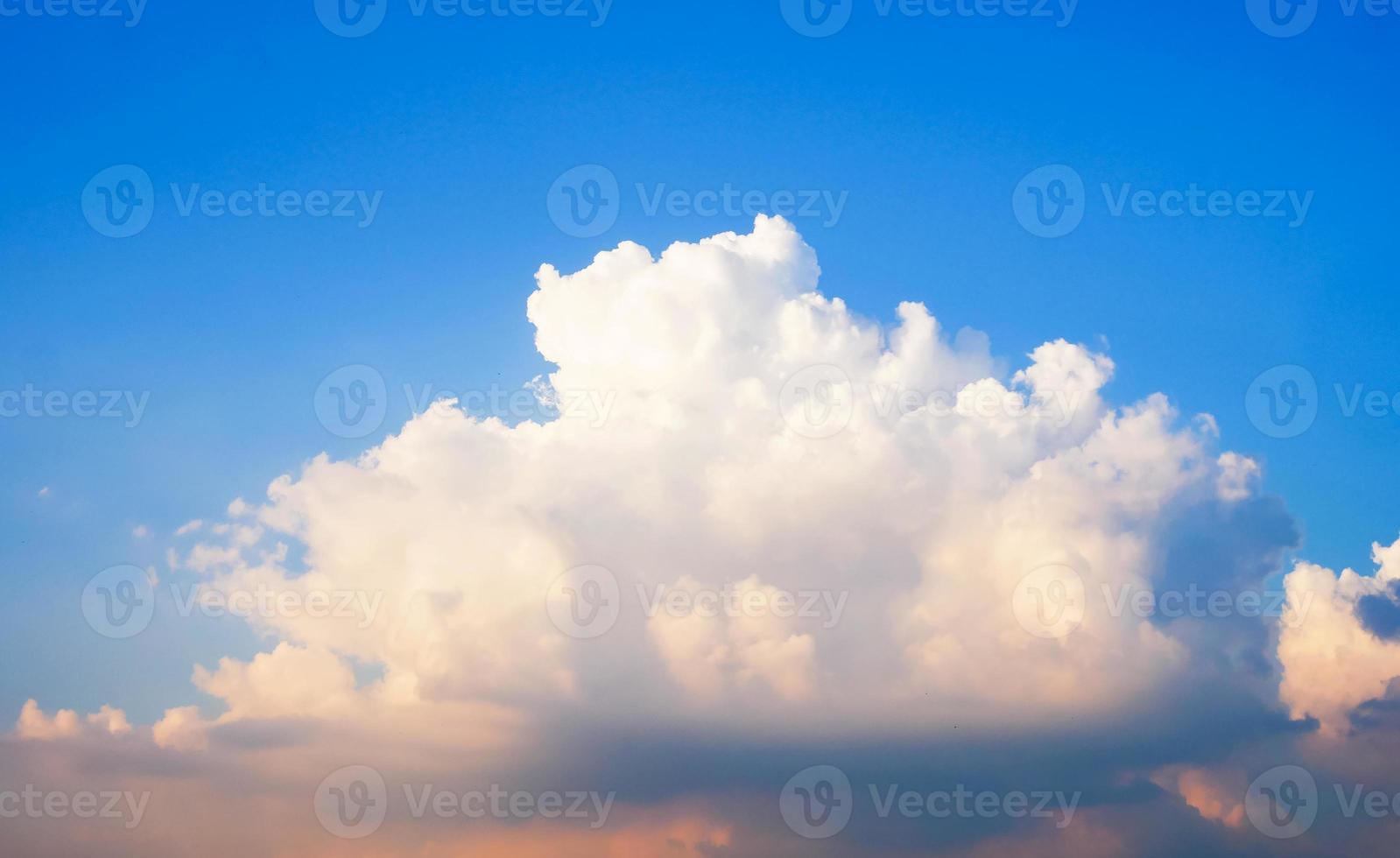 mooie lucht en wolken in de zomer foto