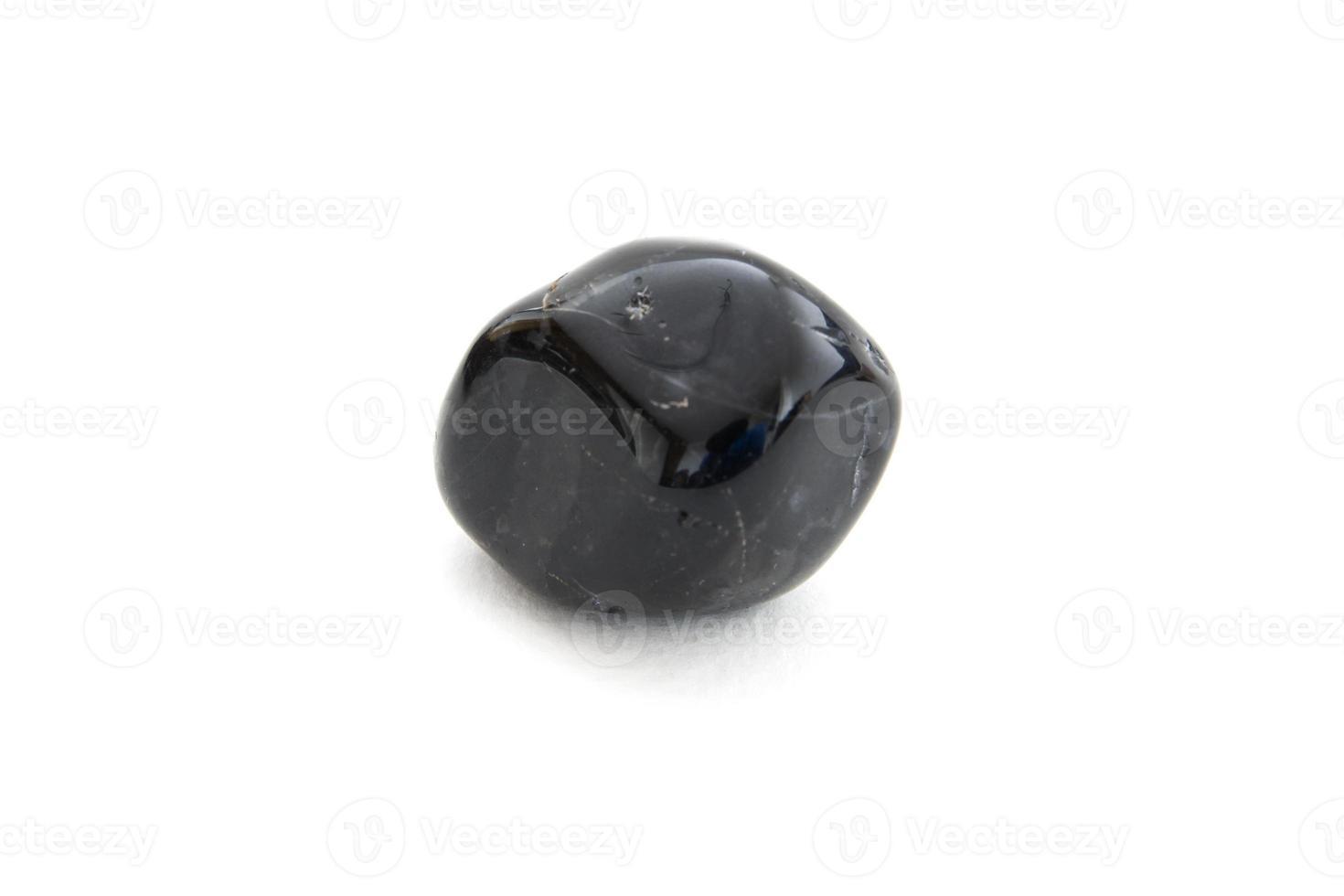 zwarte onyx mineraal op de witte achtergrond foto