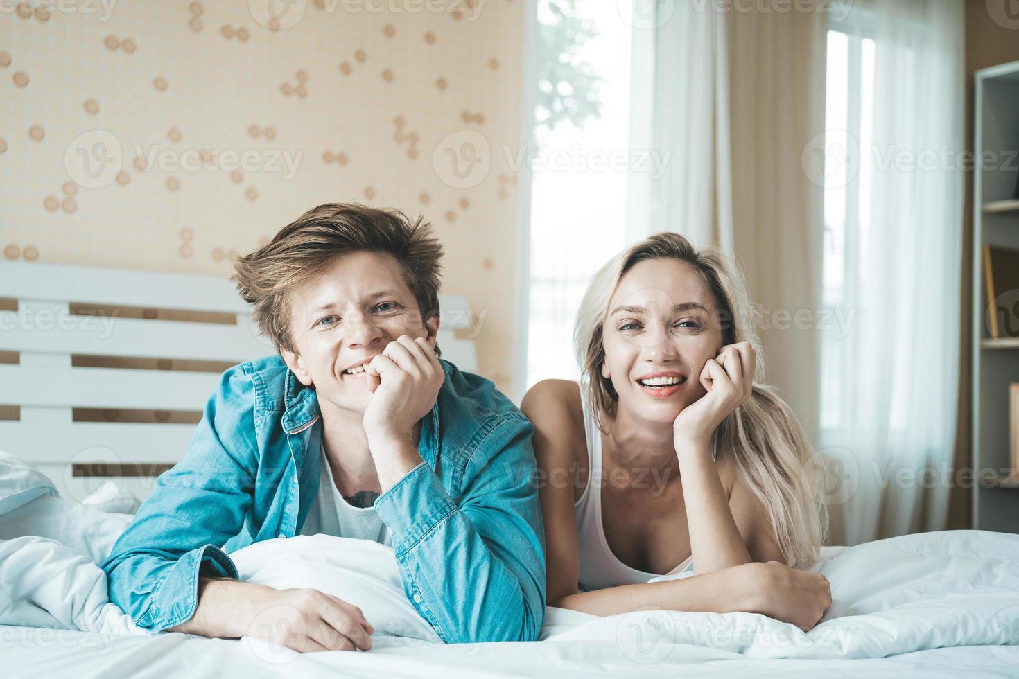 gelukkig paar samen in de slaapkamer foto