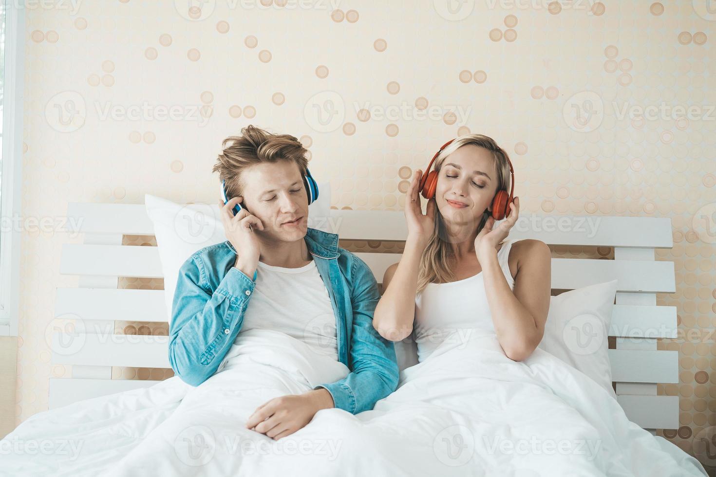 gelukkige paar luisteren naar liedjes in de ochtend foto