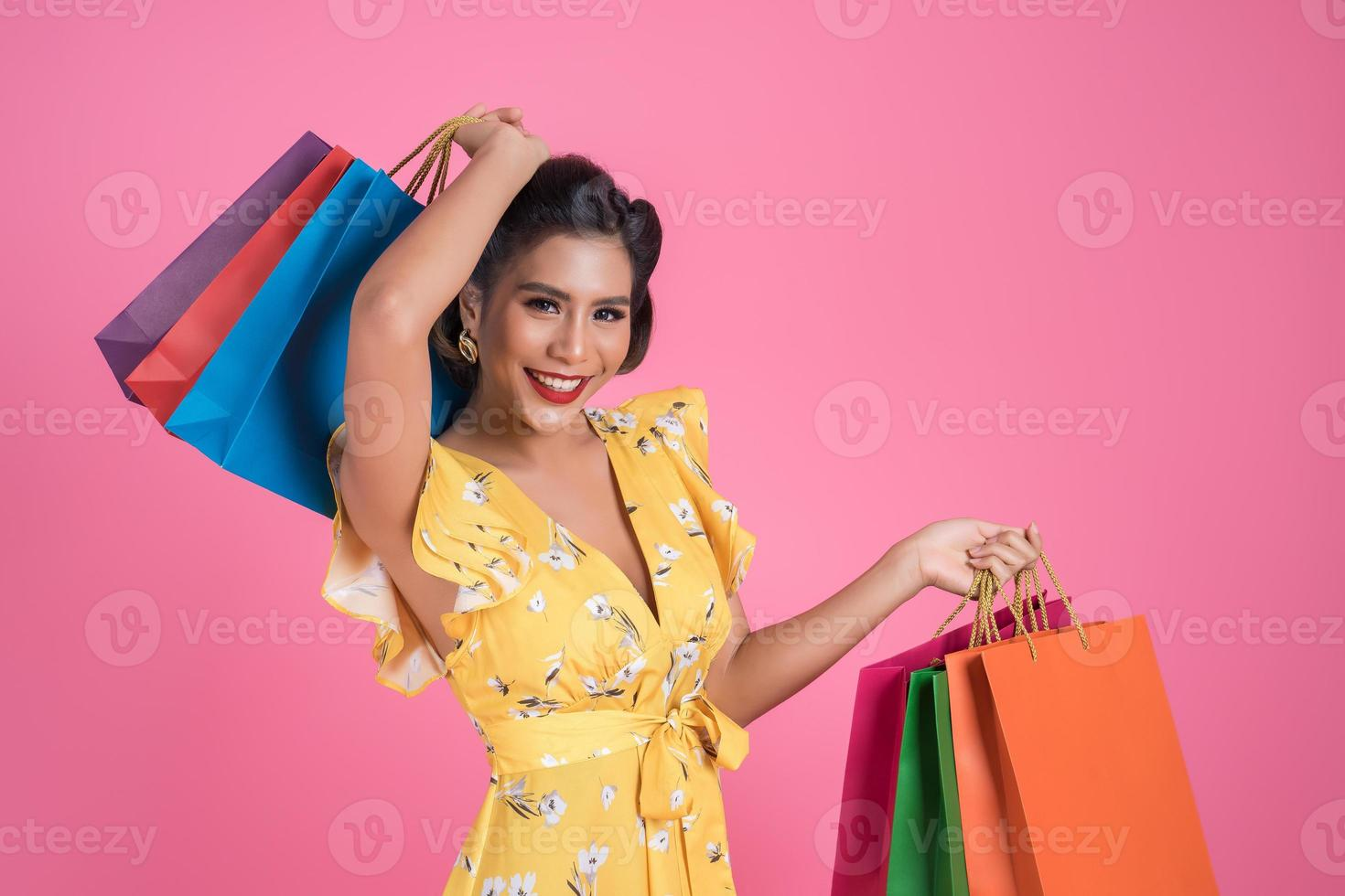 mooie Aziatische vrouw met gekleurde boodschappentassen foto