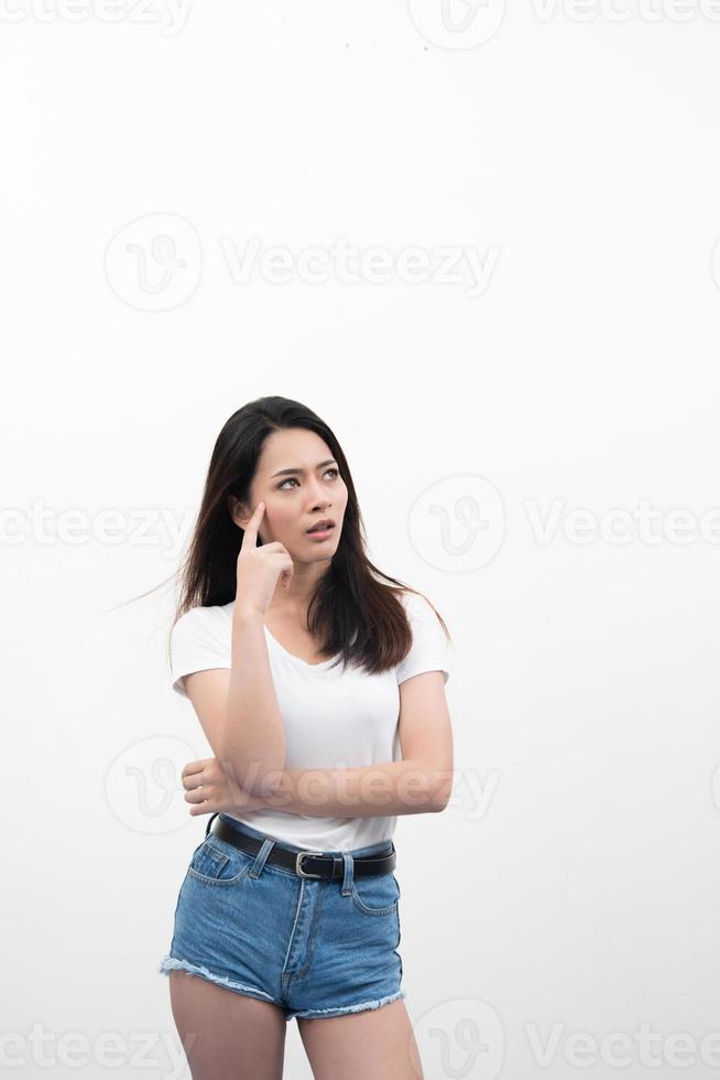 portret van een mooie jonge vrouw denken geïsoleerd op een witte achtergrond foto