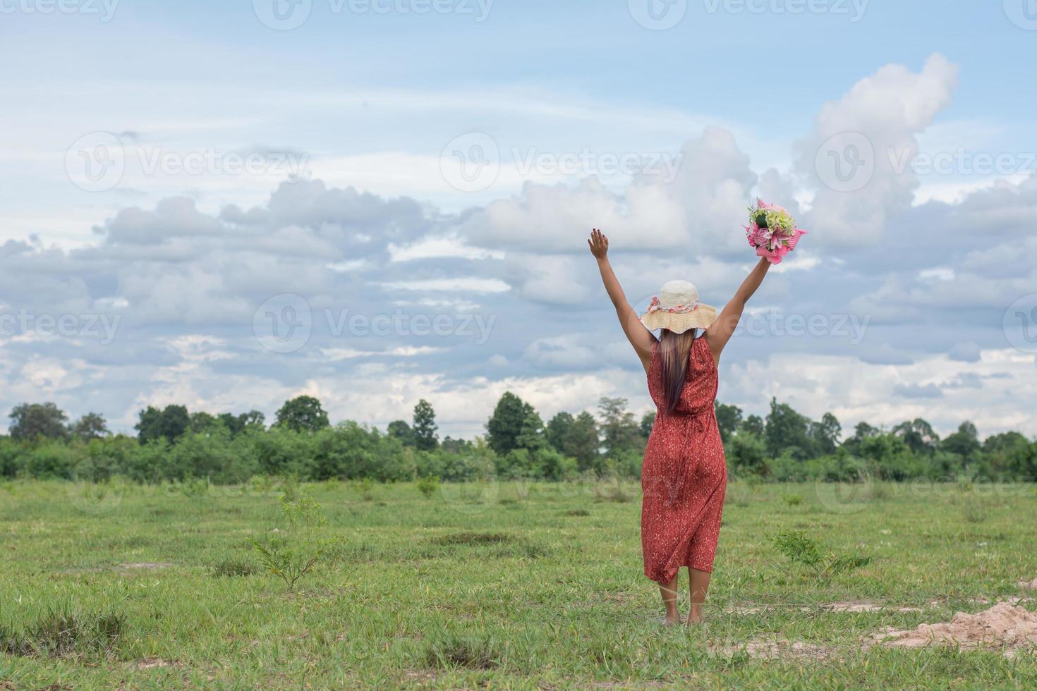 jonge mooie vrouw ontspannen in groene veld foto