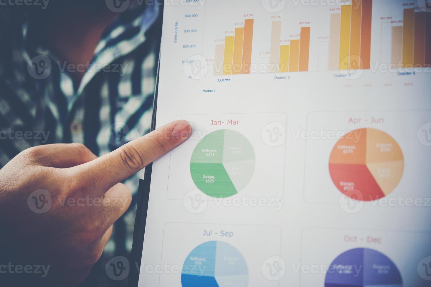 zakenman in een presentatiehand wijzend met zakelijke grafieken foto