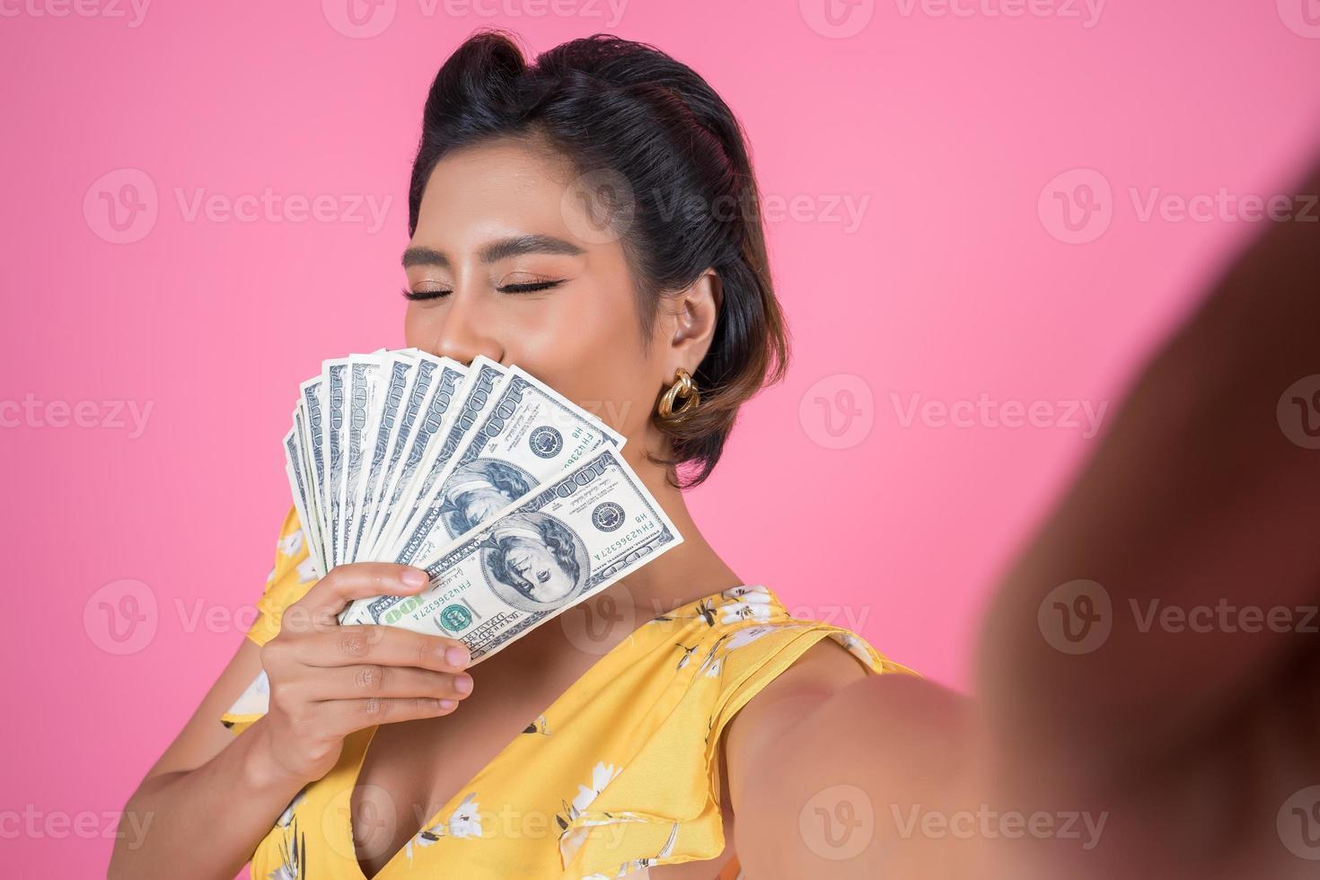 gelukkig modieuze vrouw met geld foto