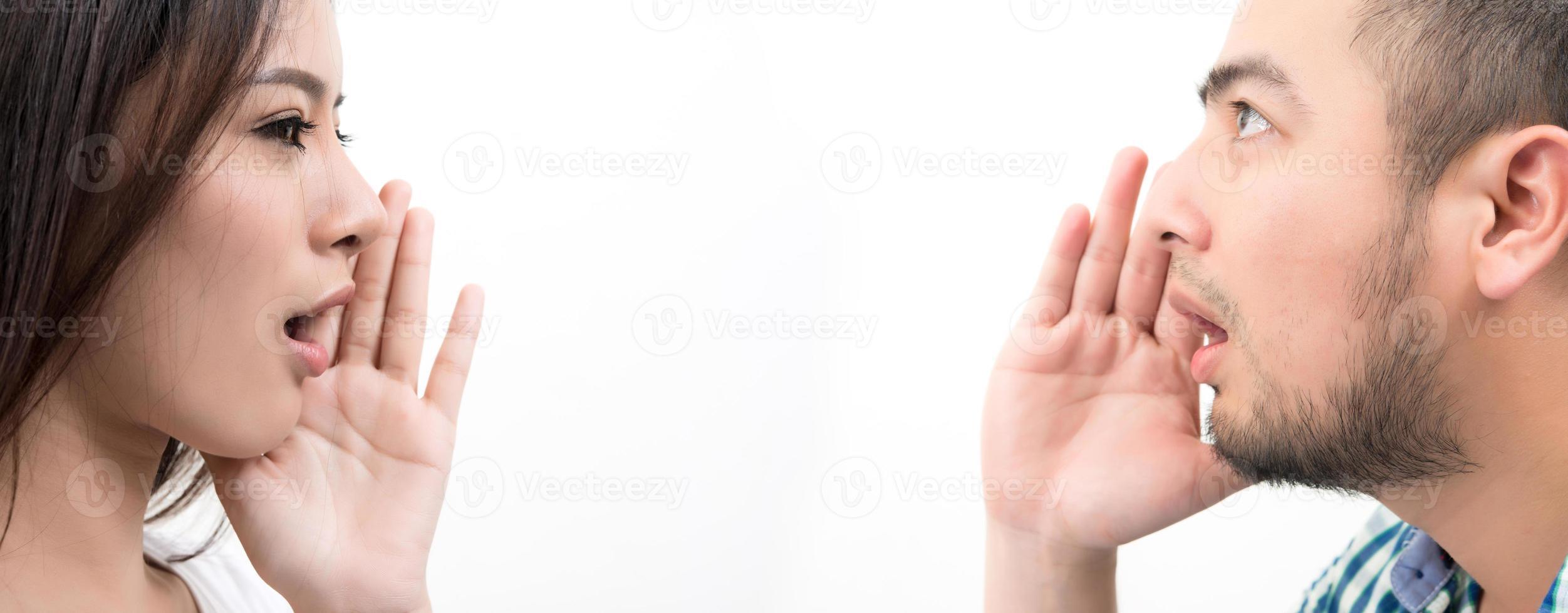 jong koppel staande aangezicht tot aangezicht geïsoleerd op een witte achtergrond foto