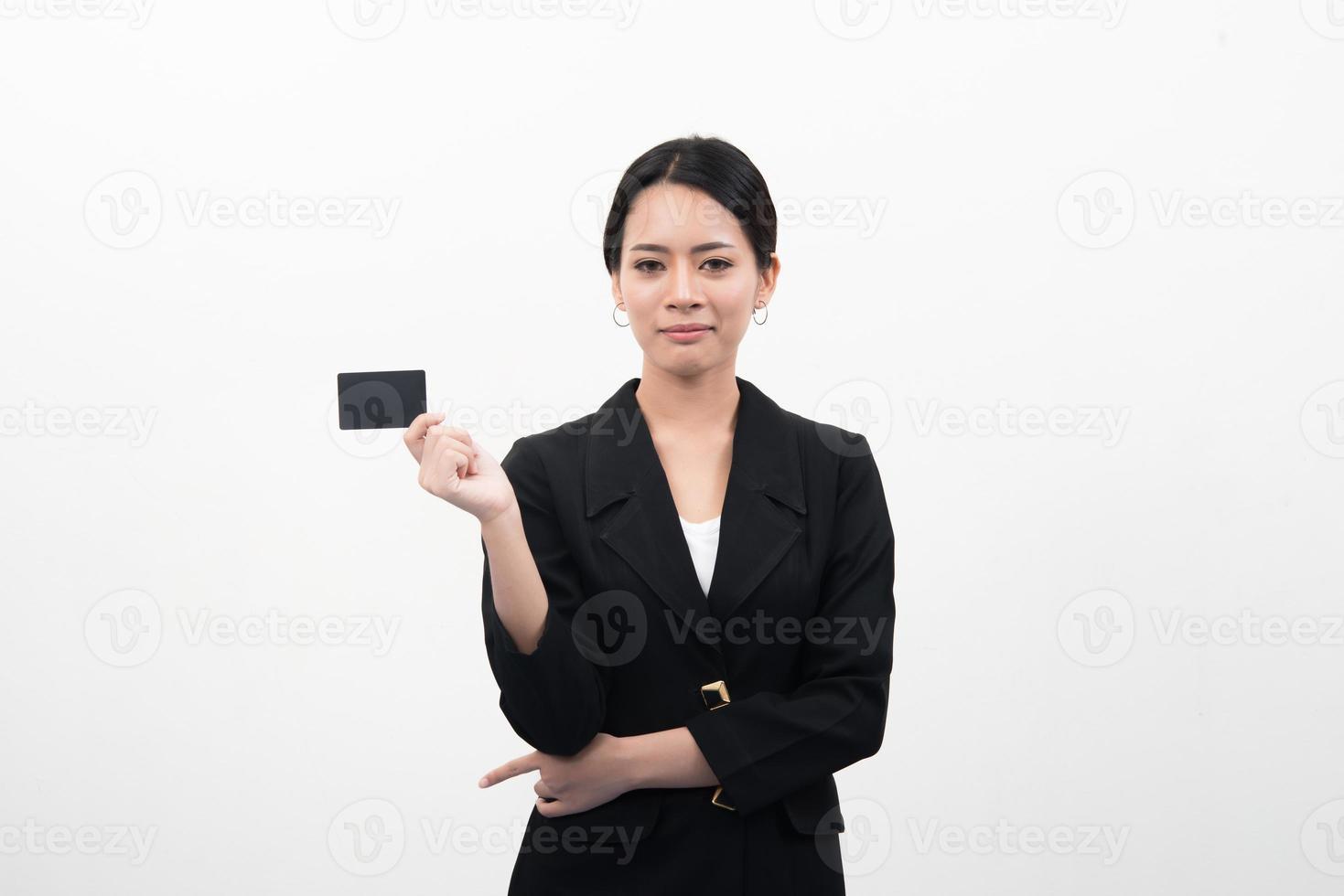 portret van jonge glimlachende Aziatische zakenvrouw met lege creditcard foto