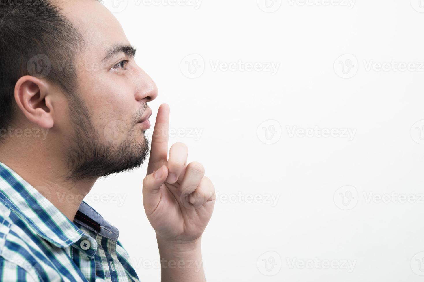 jonge man stilte gebaar geïsoleerd op een witte achtergrond foto