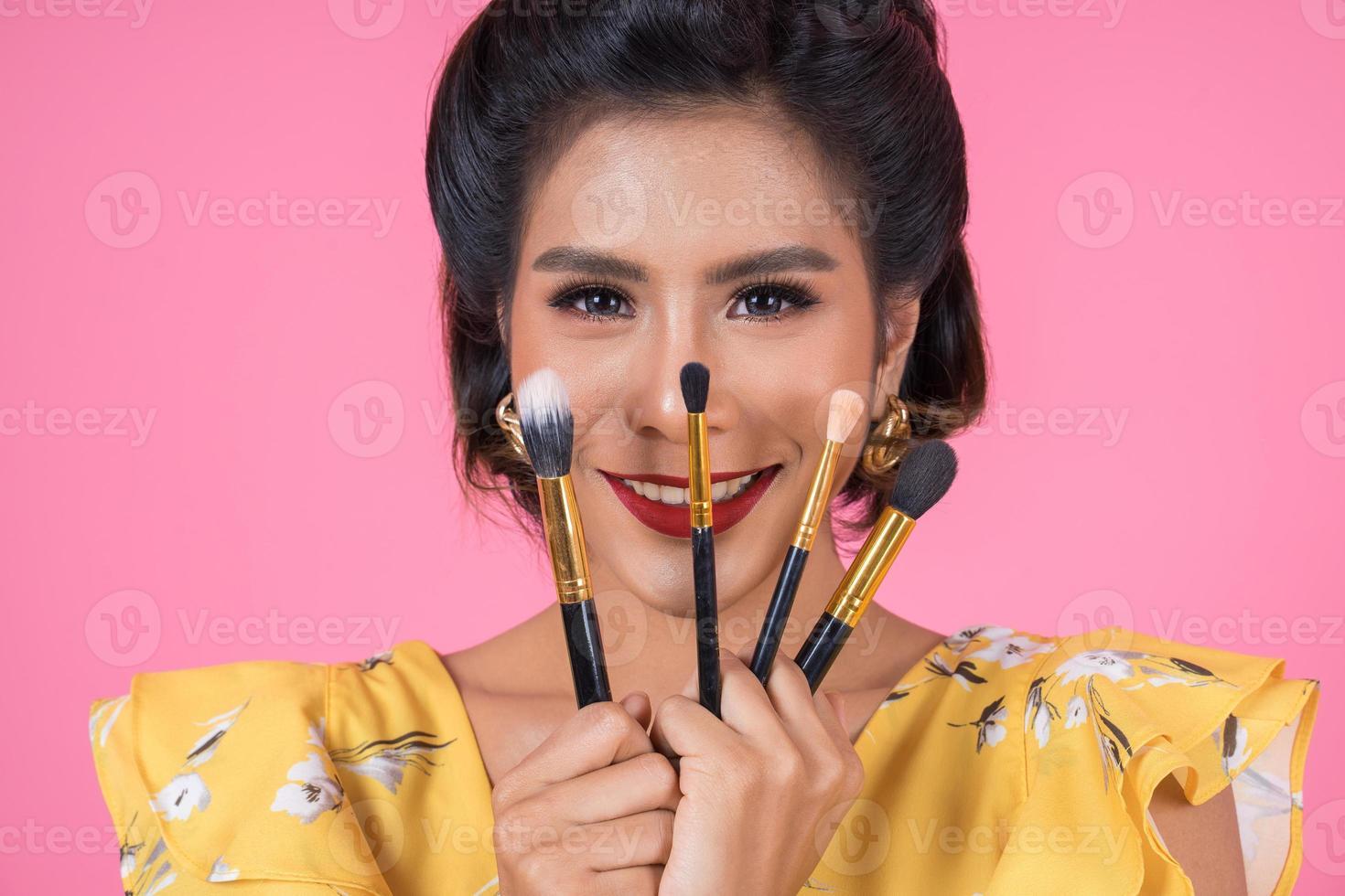 portret van een vrouw met make-upborstels foto