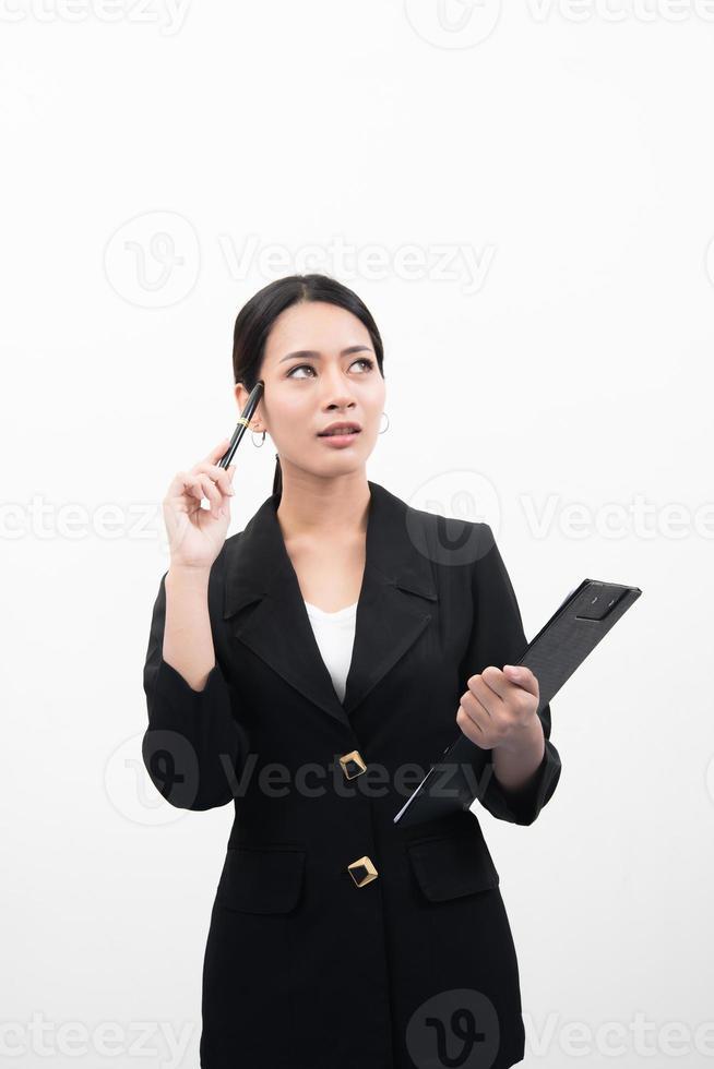 doordachte zakenvrouw opzoeken en wijzen en houden document geïsoleerd op een witte achtergrond foto
