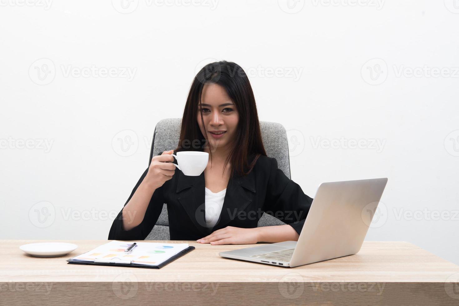 jonge Aziatische zaken vrouw met laptop in het kantoor geïsoleerd op een witte achtergrond foto