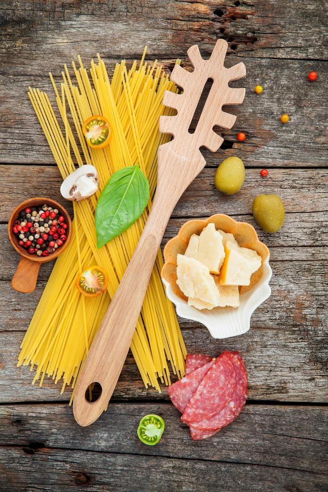Italiaanse ingrediënten op hout foto