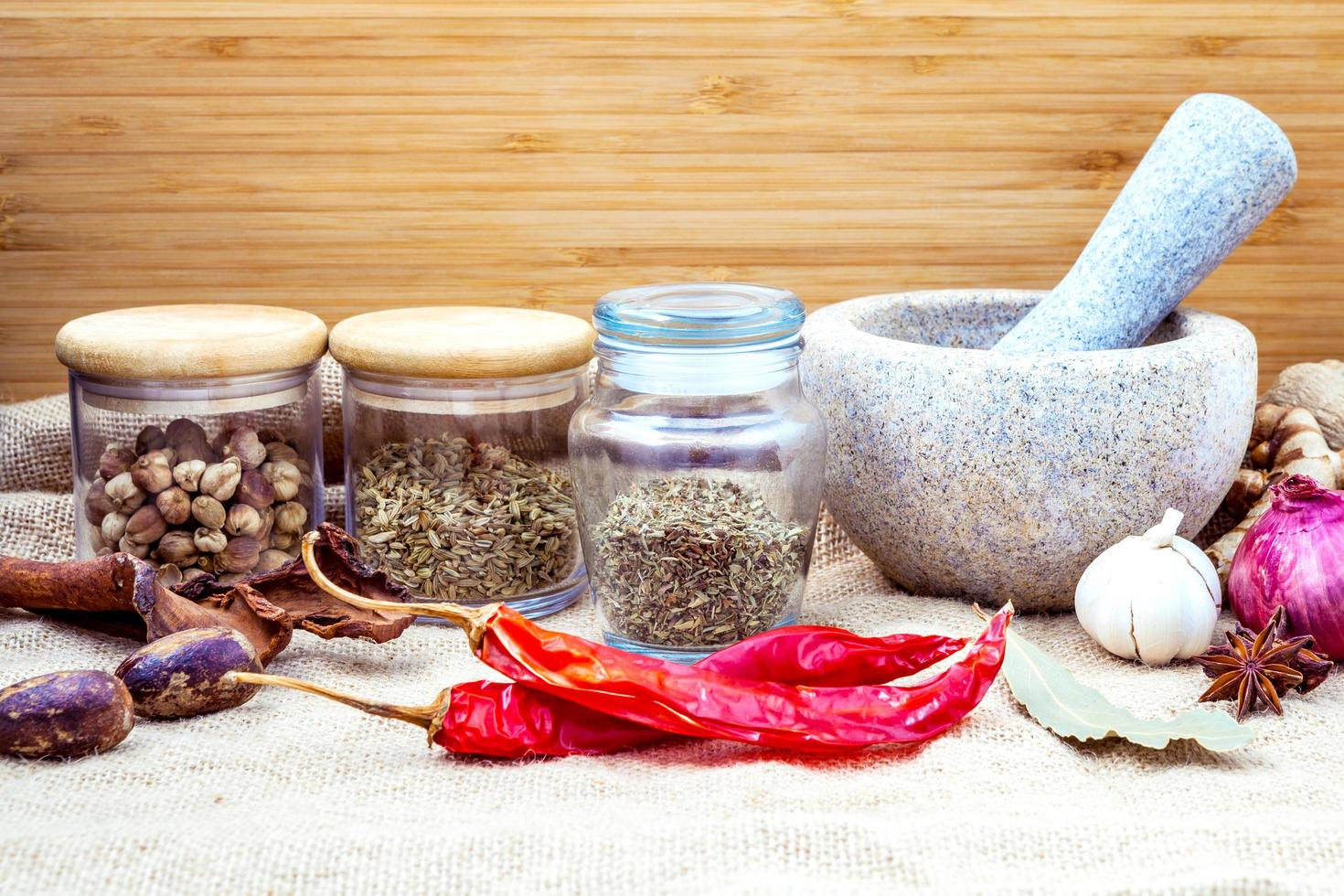 assortiment van kruiden met een vijzel foto