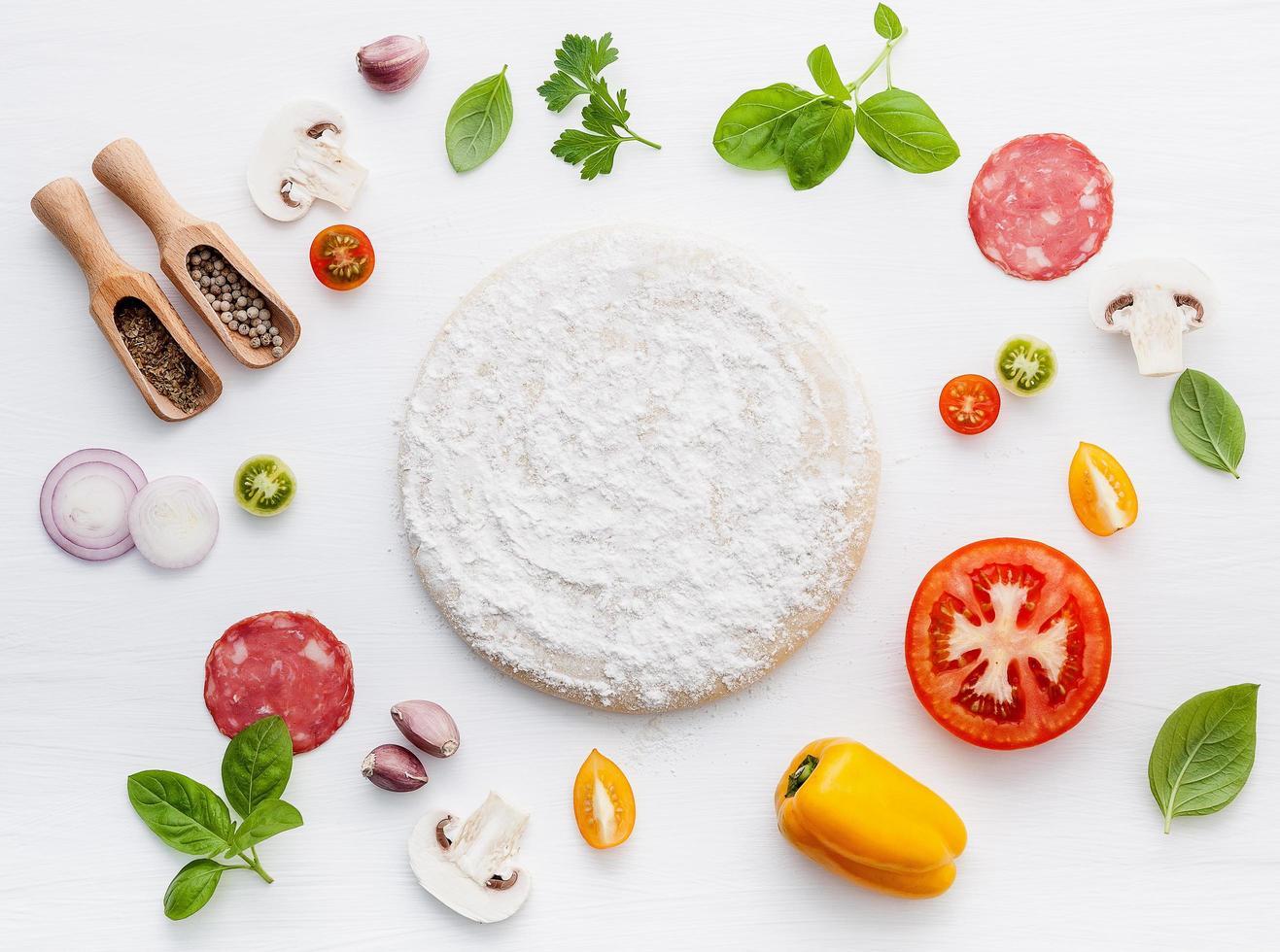 pizza-ingrediënten geïsoleerd foto
