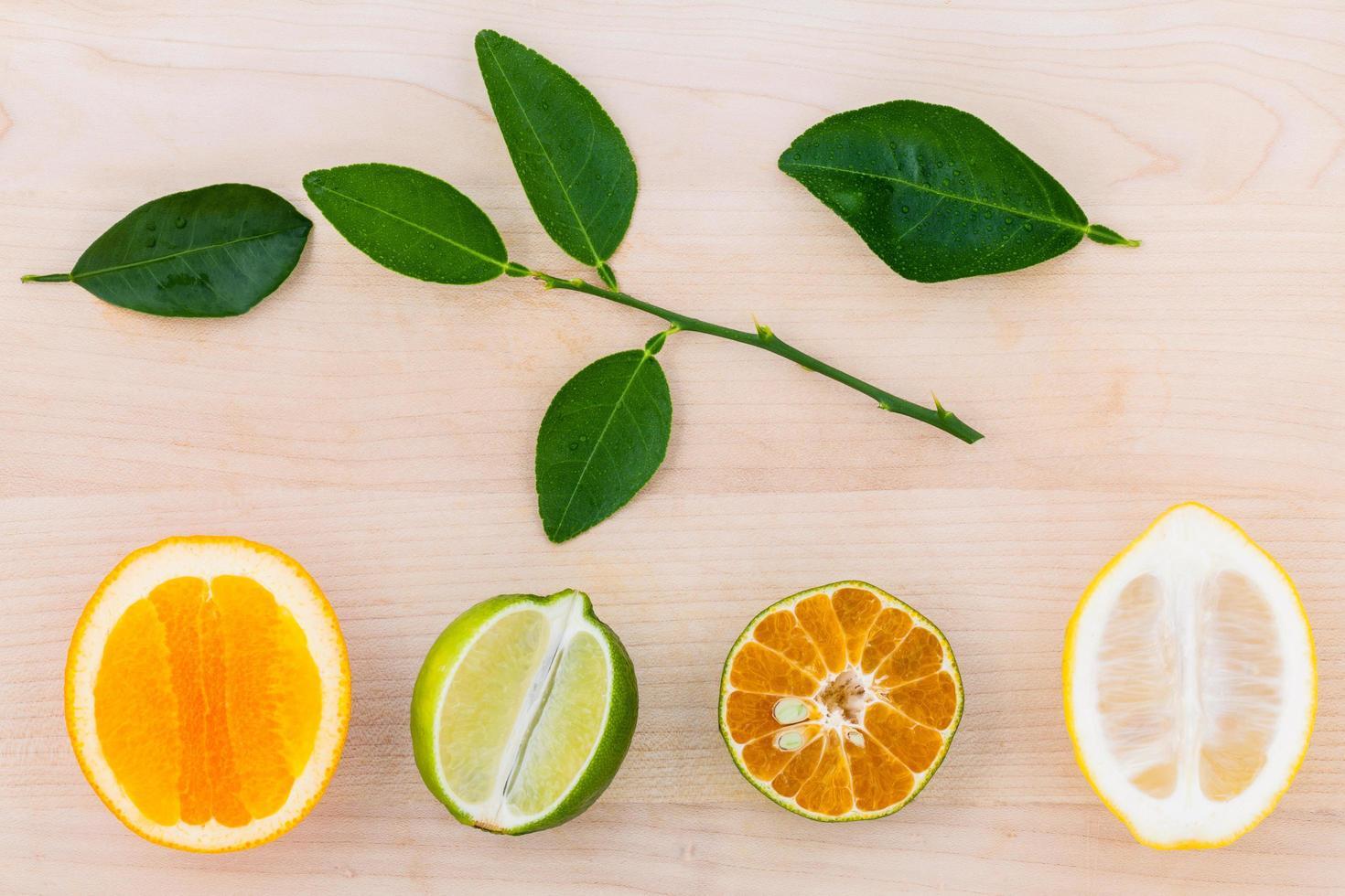 bovenaanzicht van gesneden citrusvruchten foto