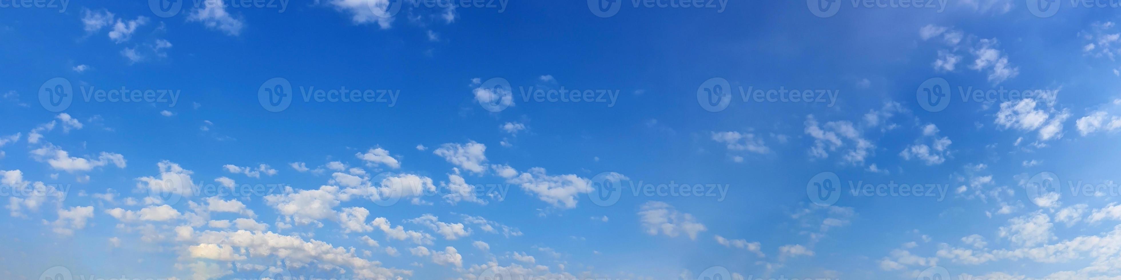 wolken op een zonnige dag foto