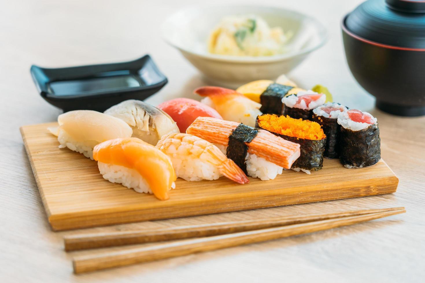 zalm, tonijn, schelp, garnalen en ander vlees sushi maki foto