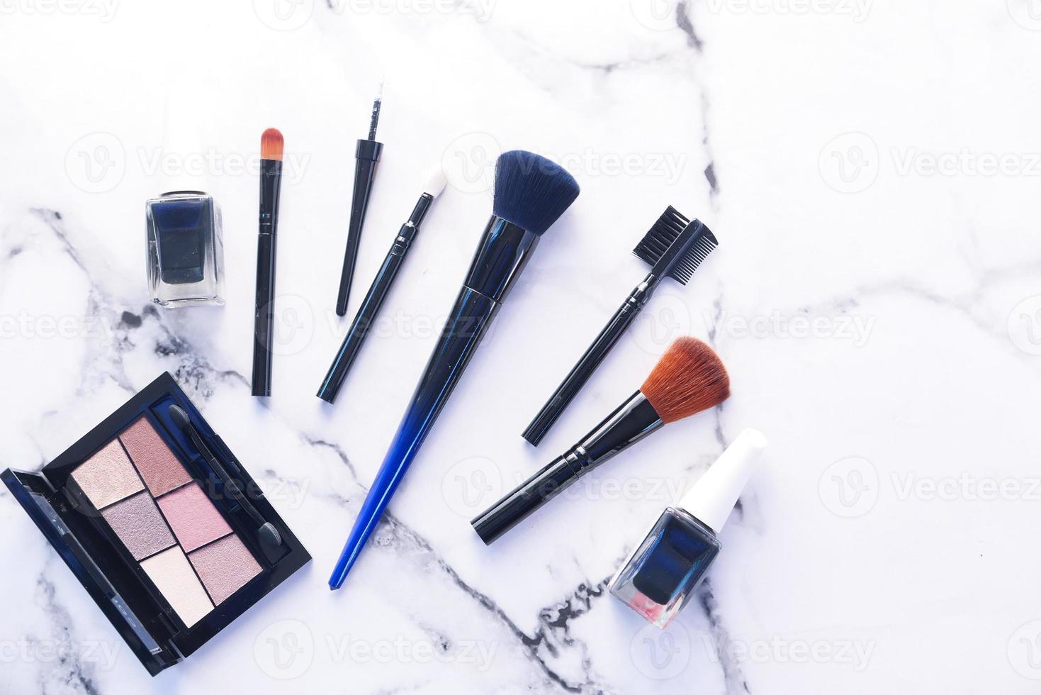 bovenaanzicht van cosmetische borstels en producten foto