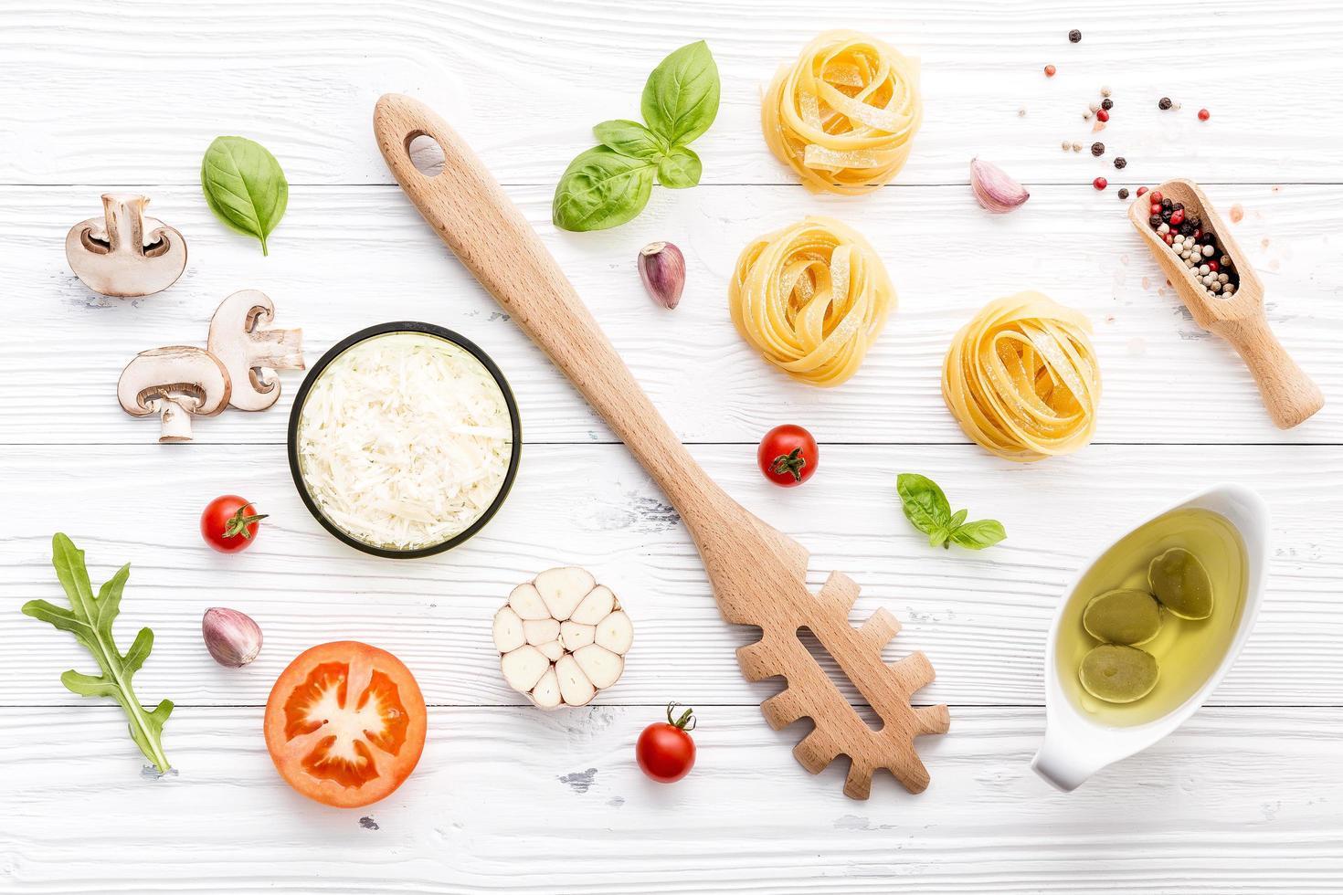 bovenaanzicht van vers Italiaans eten foto