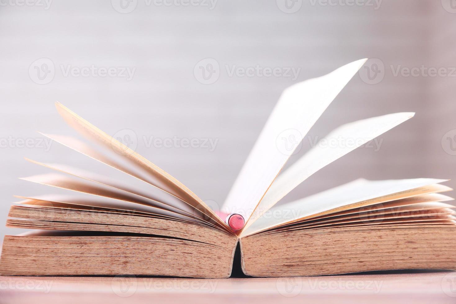 open boek met potlood in het midden foto