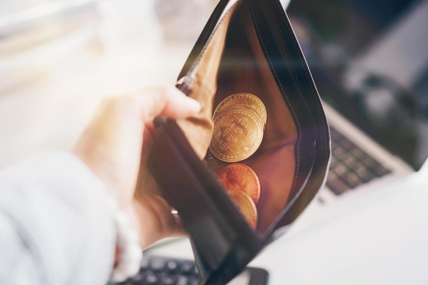 bitcoin muntsymbool van cryptocurrency digitaal geld. geld voor de toekomst in lederen portemonnee. waarde opslaan of geld besparen in bitcoin. foto