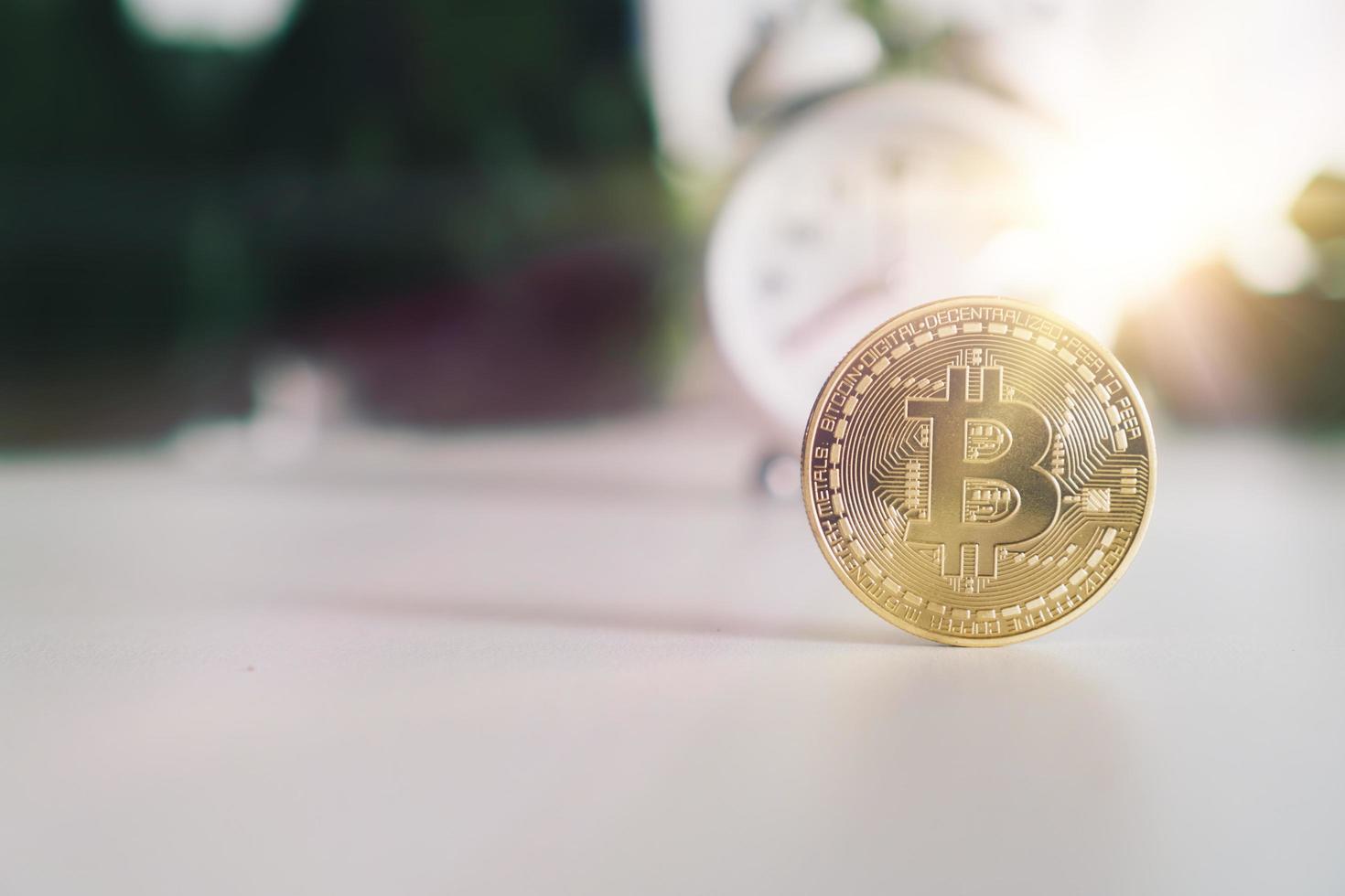 symbool van bitcoins als digitale geldcryptocurrency met aardachtergrond foto