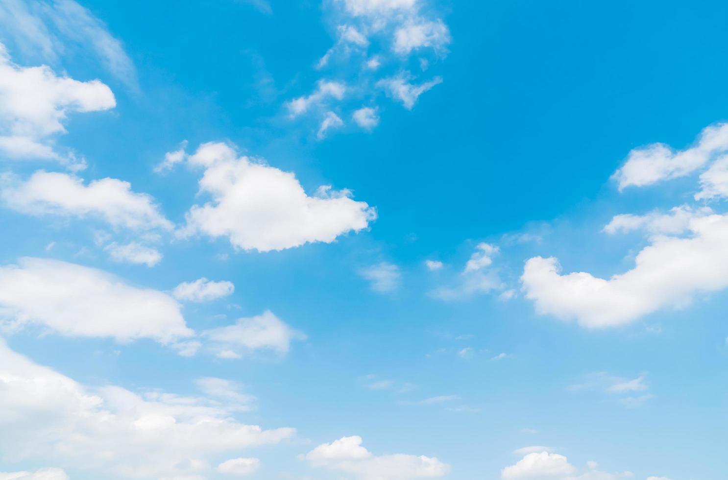 witte wolken op blauwe hemel foto