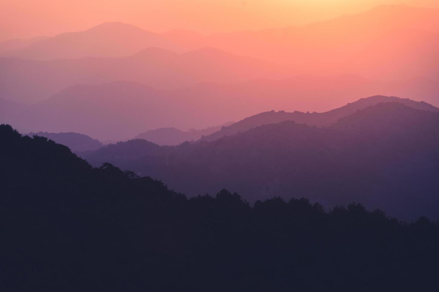 landschap met blauwe en paarse silhouetten van bergen en heuvels foto