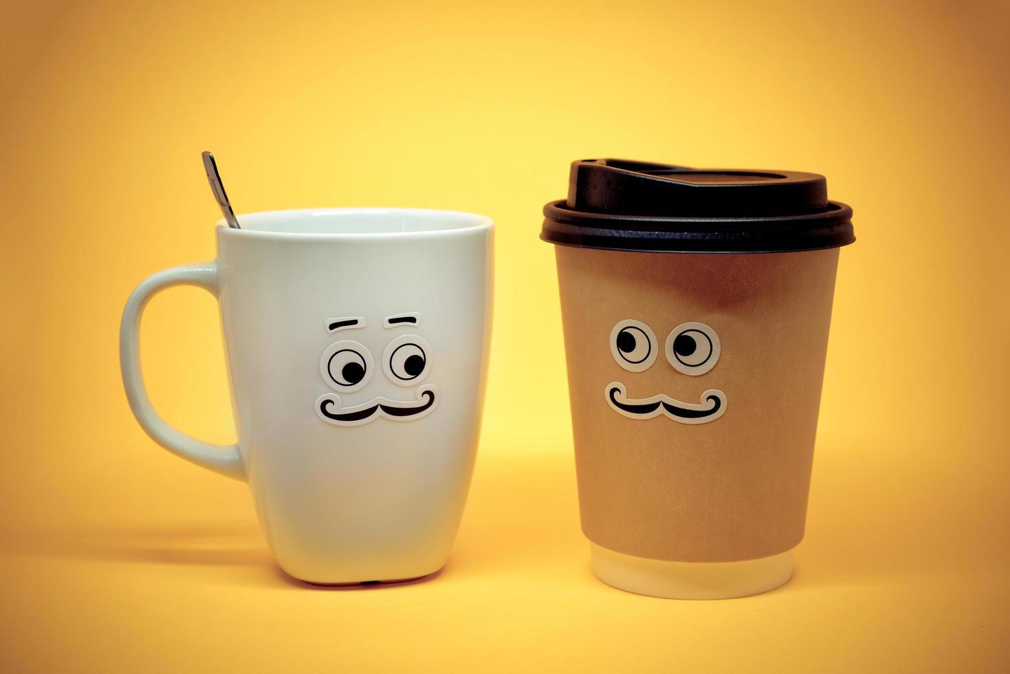 smiley koffiekopjes op gele achtergrond foto