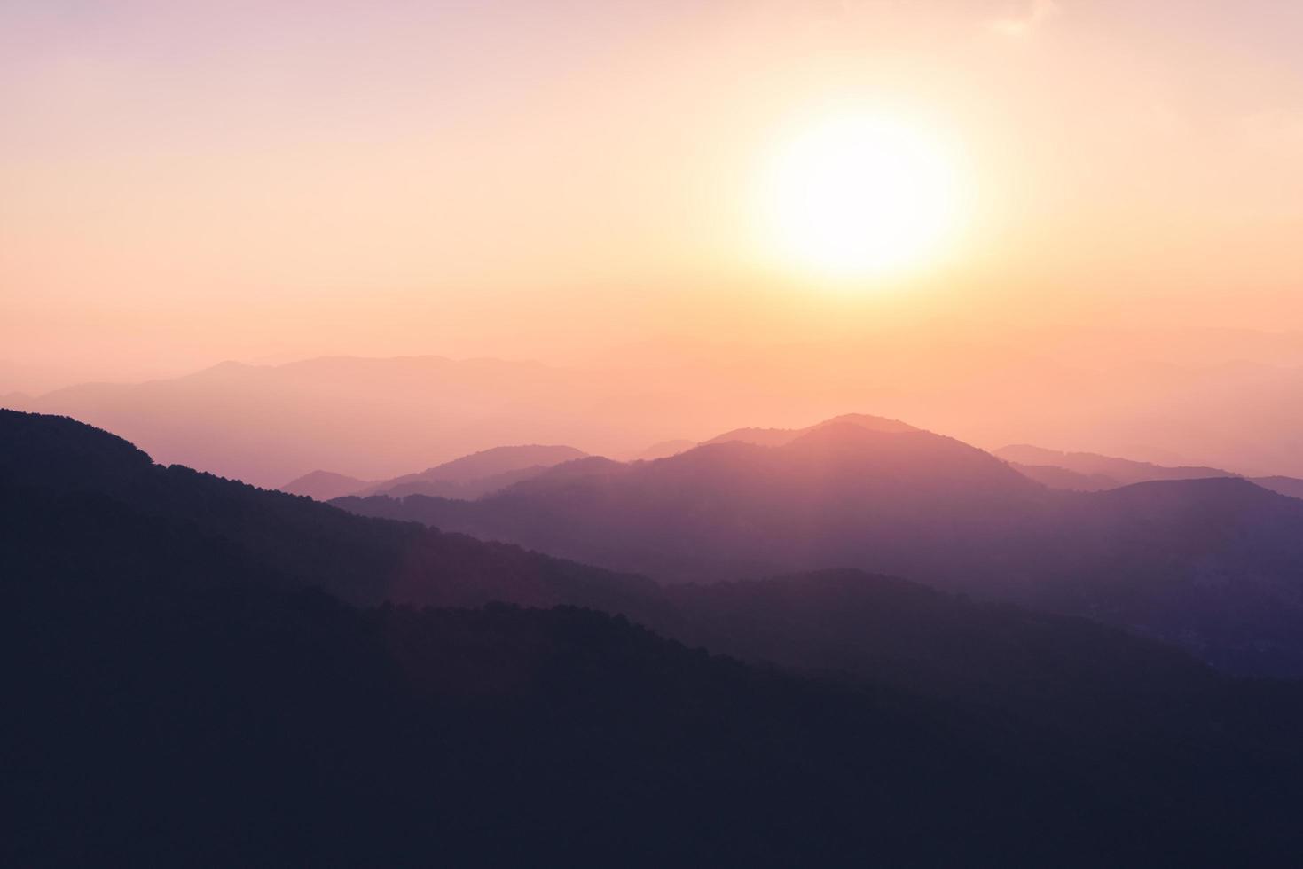 paars silhouet van landschapsbergen en heuvels foto