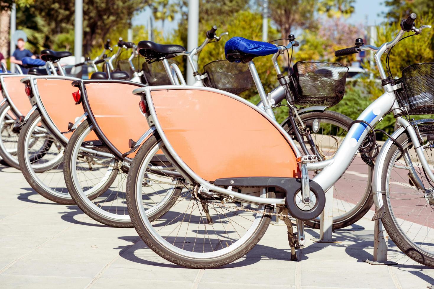 rij geparkeerde fietsen foto