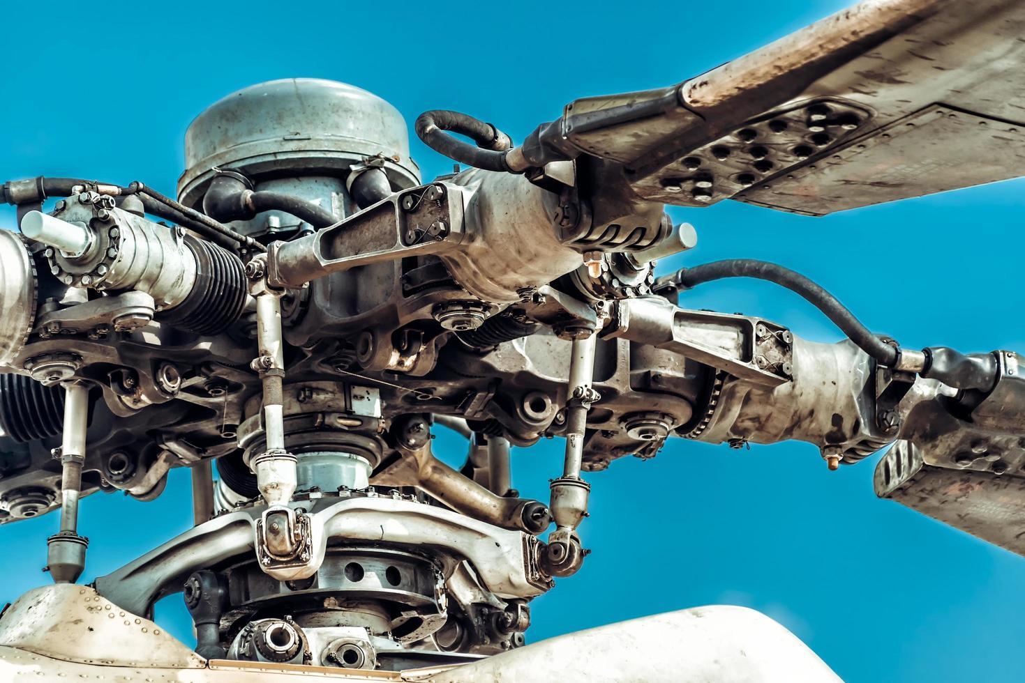 rotorbladen en rotorkop van militaire helikopter foto