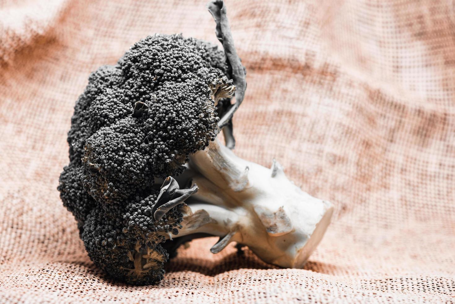 hoofd van broccoli op rustieke juteachtergrond foto